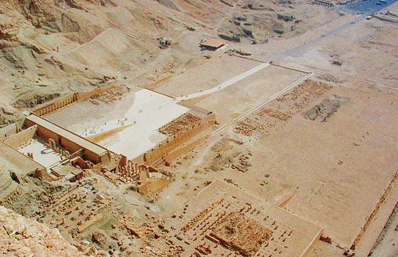 Complexo de templos chamado Deir El Bahri, na margem oeste do Nilo